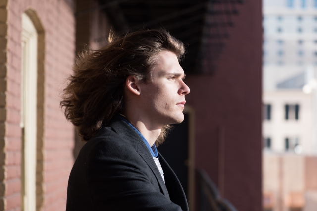 髪の長い男性