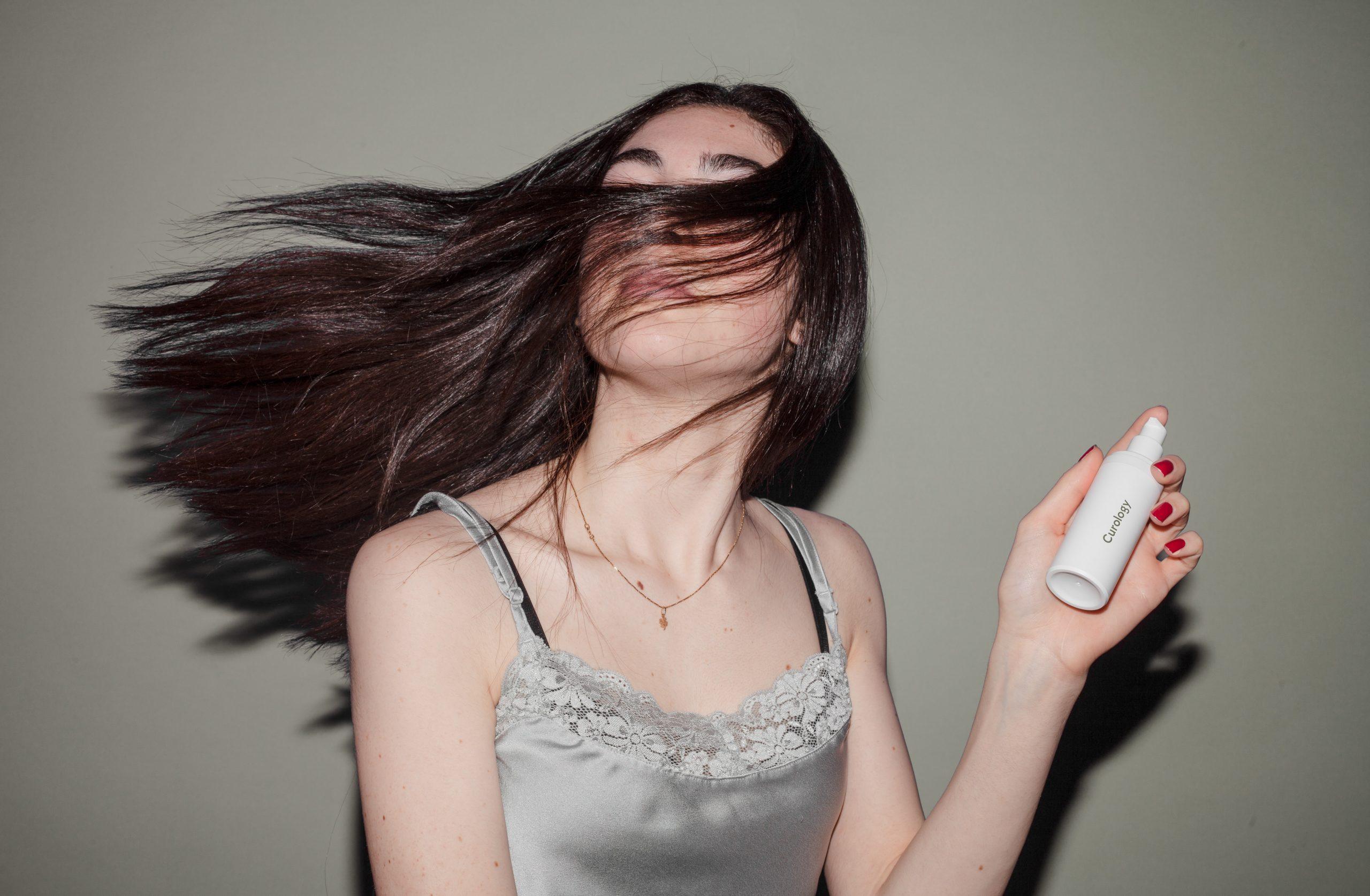 育毛剤を使う女性